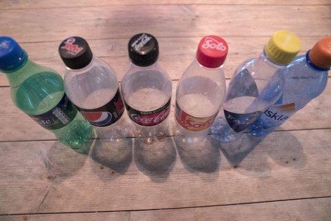 PANTEN ØKER: Tomme brusflasker som er klare til å pantes. Nå får du to kroner for små flasker og bokser og tre kroner for store flasker. Det er første gang panten økes siden 1993.
