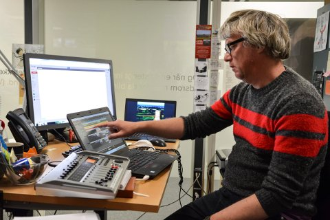 STYRER TEKNIKKEN: Bibliotekar Gavin Baker tar imot påmeldinger fra barn og unge som vil være med og lage radioteater.