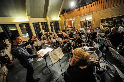 TRÅR TIL: Søndag holder Kongsberg Byorkester konsert i musikkteatret. Bildet er fra en øvelse sist vinter.