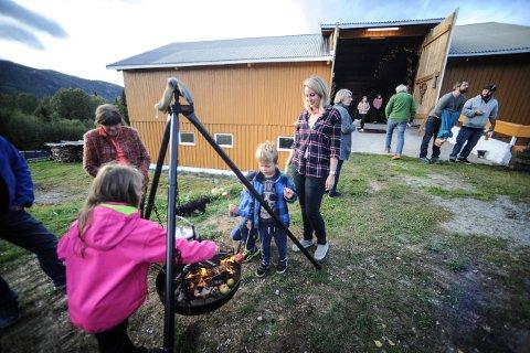 """BOKLANSERING PÅ LÅVEN: Hun startet med bloggen """"North Wild Kitchen"""". Lørdag kunne  Nevada Berg feire utgivelsen av sin første kokebok. Den skal blant annet gis ut i Norge, USA, Canada og Tyskland."""