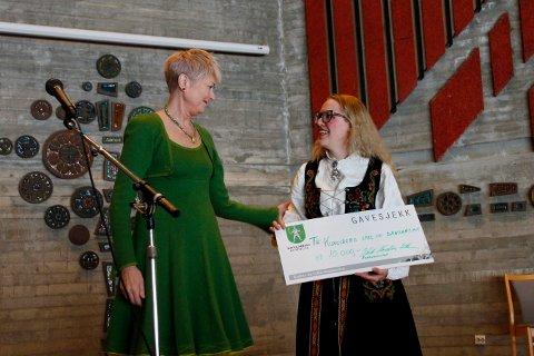 PRESANG: Kongsberg spel- og dansarlag er 75 år i år. Under markenskappleiken overrakte kultursjef Heidi Hesselberg Løken en sjekk til laget ved leder Anette Trengen Apeland.