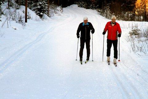 FINE SPOR: Trond Olufsen Gunnar Dale testet føret torsdag og fortalte om fine spor mellom Funkelia og Jondalen.
