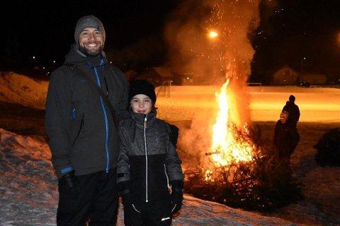 Koste seg: Mange koste seg på Raumyr-banen tirsdag kveld. Her er Tonny Jensen med sønnen Benjamin Dølplass.