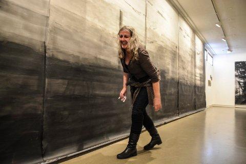 SISTE FINPUSS: Karen Ingeborg Bye tørker bort bøss fra verkene sine, som stilles ut på Låven i Kongsberg.