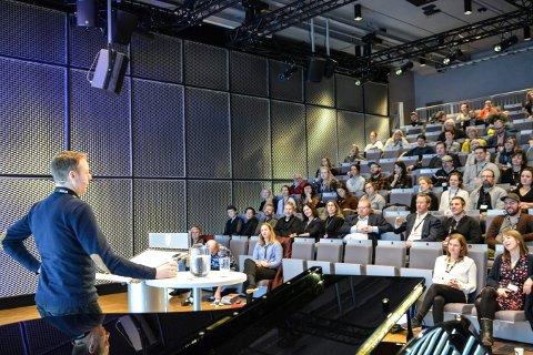 TRADISJON: For tredje året på rad arrangeres Kulturkonferansen i Kongsberg. Bildet er fra Sølvsalen i fjor, der Bård Kleppe fra Telemarksforskning forteller om Norsk Kulturindeks.