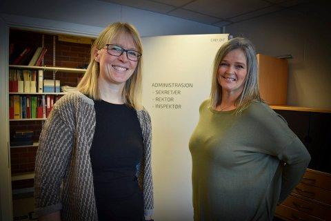 FÆRRE ELEVER: Inspektør ved Wennersborg skole, Irene Jerstad (t-v.) og rektor Annette Ulveraker Bjørkesett konstaterer at elevtallet går ned. Nå ser det ut til at de skal ta imot 23 førsteklassinger til høsten.