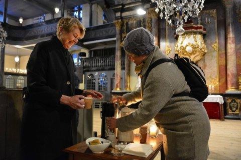 MORGENSTUND: Kultursjef Heidi Hesselberg Løken (t.v.) og Anne Mette Hope bevilger seg en kaffekopp under Glogerkvarteret mandag.