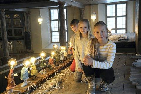 KUNSTNERE: Johanna Ulateig Halle (t.v.), Oda Sundquist Grønbeck og Nathalie Hellstrøm har laget kirkekunst til årets Glogerfestspill.