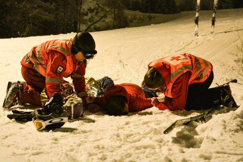 ULYKKE: En person er hardt skadd etter en kollisjon med en annen skikjører. Mannskaper fra Røde Kors er de første til å trå til. Heldigvis var dette bare en øvelse i Kongsberg skisenter.
