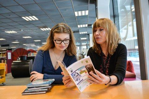 HAR VÅRPROGRAMMET KLART: Anne-Line Hovind (t.v.) og Christine Eidset på Kongsberg bibliotek har programmet fullt for våren 2019.