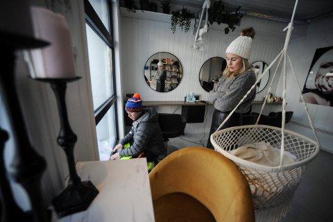 KALDE DAGER: Nina Teigen driver frisørsalong i Storgata i Kongsberg. Tirsdag hadde hun en kald dag på jobb. Men André Løver Knudsen er leid inn av PK Eiendom for å tette igjen rundt vinduene i lokalene hun leier.