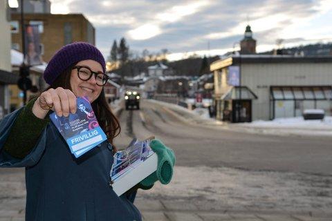 GLEDER SEG: Margit Åsarmoen, daglig leder i Glogerakademiet, trenger flere frivillige til Glogerfestspillene.