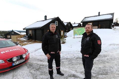 BEKYMRET: Feilnummereringen av hyttene i Funkelia bekymrer Jan Robin Herregaarden (t.v.)  og Rune Toverud i Kongsberg brann og redning.  I verste fall kan det føre til forsinket hjelp.