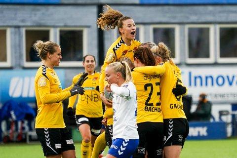 FOTBALLGLEDE: Synne Skinnes Hansen har scoret og rager høyest i LSKs «jubeltårn».FOTO: NTB scanpix