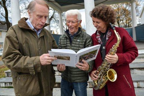 NY BOK: Kongsberg Byorkester er 100 år 24. oktober. Kjersti Søli er leder i jubileumsåret. Odd Arne Helleberg (t.v.) og Vidar Skaar Borgersen har skrevet bok.