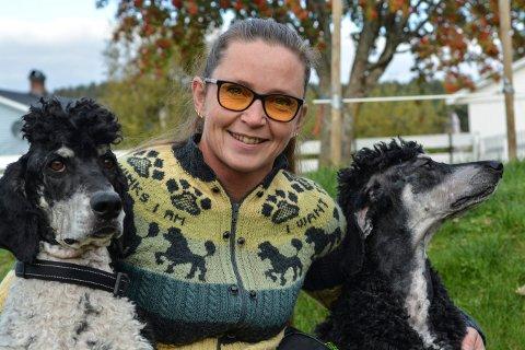 FLINKE HUNDER: Frøydis Engeland med skole- og terapihundene Otto (t.v.) og Glenn. Begge hundene har vært på audition til rollen som hunden Casper i teateroppsetningen Snøfall. Otto fikk rollen.