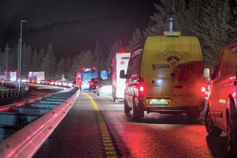 LANGE KØER: Sammenstøtet på E134 på Meheia fredag kveld førte til lange køer.