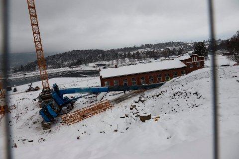 En 100 tonn tung kran veltet i Sande tirsdag ettermiddag.