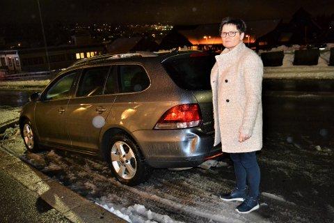 FORBANNA:  Kari Anne Ljøterud er mer enn forbanna etter at noen kjørte på bilen hennes og stakk av. - Det jeg føler nå, egner seg ikke på trykk, sier hun etter hendelsen. Nå håper hun vedkommende melder seg.