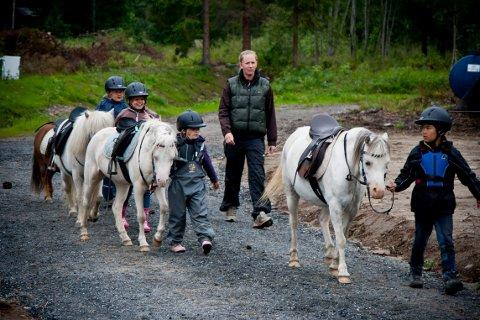 I JONDALEN: Annicken Bøckman driver rideskole på Lofthus gård og har nå 27 hester i stallen. Hun er bekymret for sikkerheten når mobilnettet ikke virker. Bildet er tatt i en annen sammenheng.