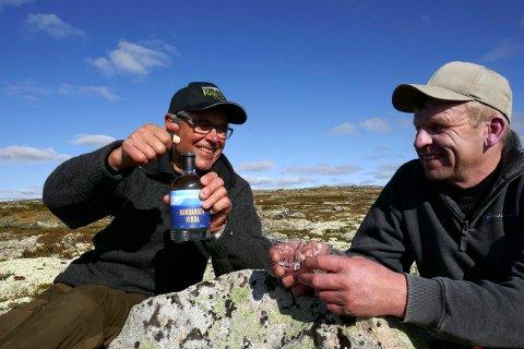 HYLLER VIDDA: Numedølene Ola Hov (t.v.) og Vilhelm Håvardsrud lanserer en ny akevitt i disse dager.