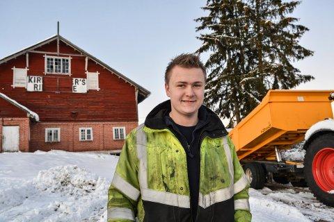 FORNØYD: Ruben Borgersen er ny eier av Rud Gård i Gomsrudveien. Planen er å restaurere hele gården og flytte inn.