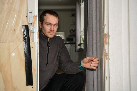 TRIST SYN: Kristian Aasen og familien bor i Sulusåsen i Kongsberg. Lørdag ettermiddag var familien bortreist. Da ble verandadøra knust av en tyv som gikk inn i huset og stjal med seg både smykker, sølvtøy og penger.