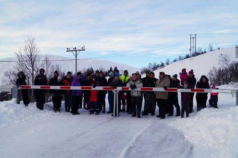 DEMONSTRANTER: Uvdøler møtte mannsterke opp for å vise at de vil ha helårsåpen vei over Imingfjell.