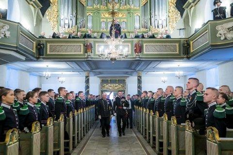 Parade: Kong Harald og kronprins Haakon blir fulgt inn av gardesjef Vegard Flom til Gardens kirkeparade i Oslo Domkirke.Foto: Håkon Mosvold Larsen / NTB scanpix