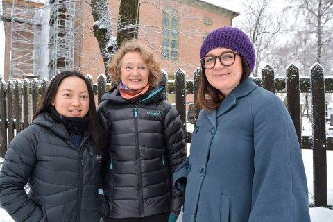 TRÅR TIL: Siyu Chen (t.v.) og Ragnhild Joachimsen stiller som frivillige under Glogerfestspillene. Daglig leder i Glogerfestspillene, Margit Åsarmoen, har behov for mange flere frivillige.