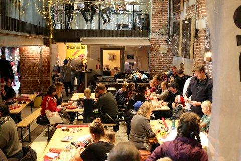 STOR INTERESSE: Mange familier har tidligere år blitt med på pakkeverkstevet på EnergiMølla. Lørdag 7. desember arrangeres det nytt verksted.