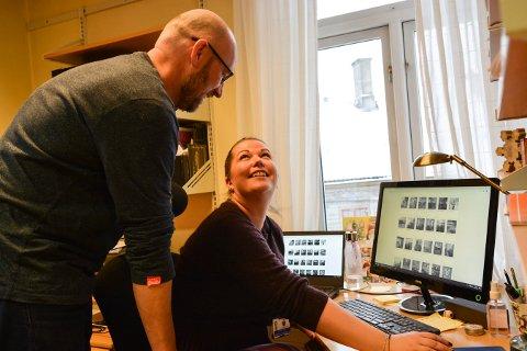 FORVALTER FORTIDEN OG FREMTIDEN: Per Øyvind Østensen og Janne Werner Olsrud ved Norsk Bergverksmuseum ber folk om å kikke gjennom gamle KV-bilder som er lagt ut på Digitalt Museum. De er takknemlige for all informasjon publikum kan bidra med.