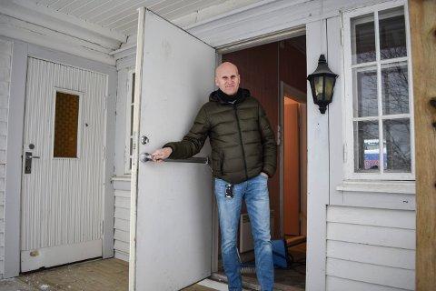 Brynjar Henriksen viser fram Villa Ro som  har blitt pusset opp de siste ukene.