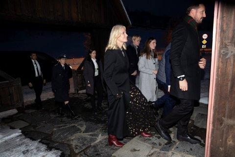 Kronprins Haakon og kronprinsesse Mette Marit, prinsesse Ingrid Alexandra, prins Sverre Magnus og Marius Borg Høiby tok turen til Uvdal kirke julaften.