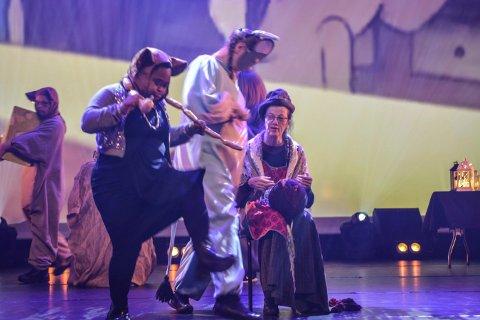 MUSEVISA: Lågen revyteater fremførte musevisa på sin måte - til publikums store begeistring.