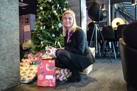 Gled en fremmed: Også i år kan du legge en julegave under treet på Quality Grand Hotel. Charlotte Odden, hotel manager, håper mange vil bidra også i år.