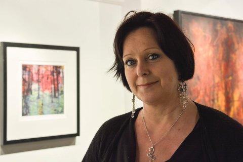 LYST OG MØRKT: Hanne Thorsdalen Styhr har et variert uttrykk i sine arbeider. Lørdag åpner hun utstilling på Lågdalsmuseet.