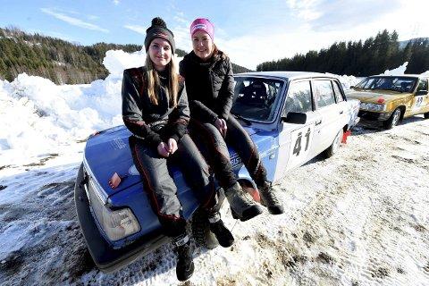 GIRL POWER: Lørdag var det Anita Hvambsahl (t.v.) som kjørte og Thea Turvoll Lien som leste noter. I NM er rollene byttet om og bilen en annen.FOTO: OLE JOHN HOSTVEDT