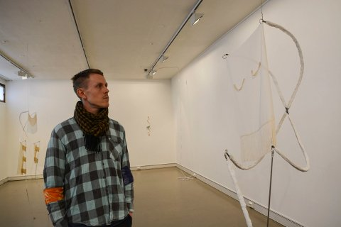 ABSTRAKT: Cato Løland viser skulpturer med mye bruk av tekstiler.