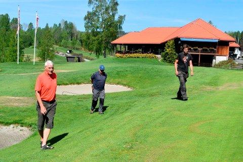 Ole Bjørdal (t.v.), styreleder og daglig leder, synes det er synd at restauranttlilbudet på Kongsberg golfbane nå er borte. Bildet ble tatt i fjor sommer, her sammen med Hans Rødberg og Bjørn Erik Dalshagen.