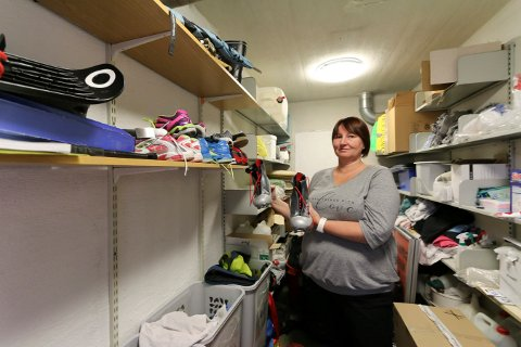 SKISTØVLER: I idrettshallen er det mye rart som blir lagt igjen. Blant annet disse skistøvlene som Annette Skogmo viser fram.