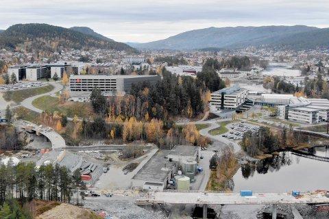 På bildet over ser du en halvferdig Kongsberg bru, og det som blir ny adkomst til teknoparken. Bildet tatt med drone er fra oktober 2018.