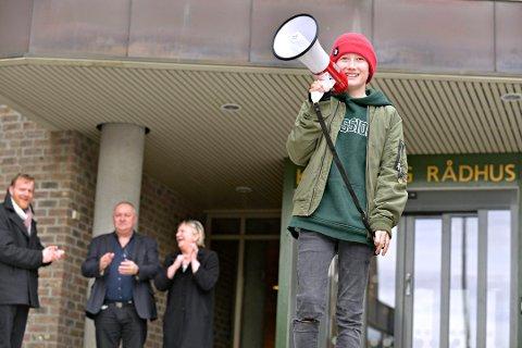 STREIKEBEGEISTRING: Ask Ulseth var én av dem som streiket foran rådhuset. Oppvekstsjef Håvard Ulfsnes (t.v.), Bernt Søraa og rådmann Wenche Grinderud applauderte. Nå vil Høyre ha svar fra administrasjonen om holdningen til streik.
