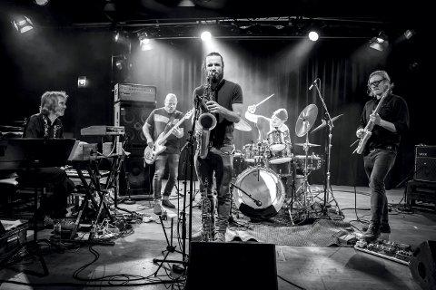 TIL PRIVAT BAR: Axel Skalstad, Ingebrigt Håker Flaten, Jørgen Mathisen, Ståle Storløkken og Tom Hasslan spiller energisk og eksplosiv jazzrock.