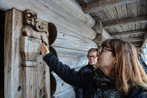 LØVEN: Et symbol på kongens makt og styrke på Søre Kravik. Gry Charlotte Ljøterud Andersen (nærmest) og Nelly Strømmen.