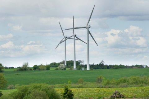 Disse vindmøllene står i Danmark. Nå kan det bli aktuelt med vindkraftutbygging i sørlige deler av Kongsberg.