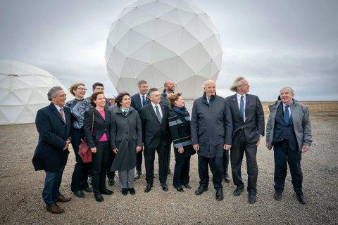 VINDFULL ÅPNING: Den norske delegasjonen, med kong Harald og dronning Sonja i spissen,  besøkte en av de nye antennene hos satellittleverandøren KSAT i antenneparken på slettene utenfor Punta Arenas.