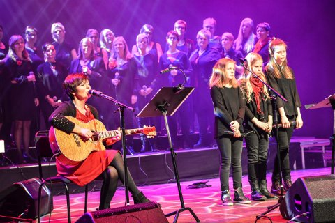 EN EPOKE ER OVER: Marit Brevig både synger og spiller gitar i tillegg til å lede koret Laagen. Bildet er fra en konsert på Krona.