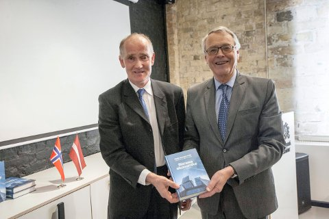 LANSERING: Kjell Gunnar Hoff (t.h.) lanserte bok i Latvia onsdag. Her står han sammen med Kristian Ødegaard, som er norsk ambassadør i Latvia.