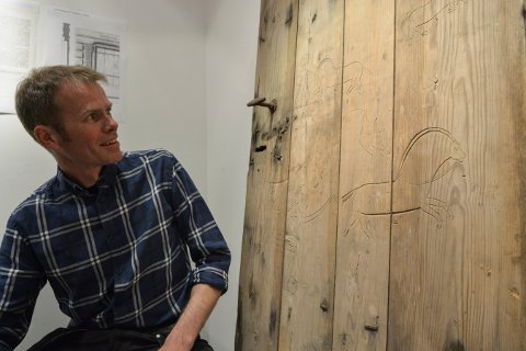 SPESIELT FUNN: Knut Rogstad ved seterdøra med de spesielle hestefigurene.